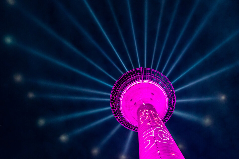 Deshalb leuchtet Düsseldorfs Wahrzeichen pink