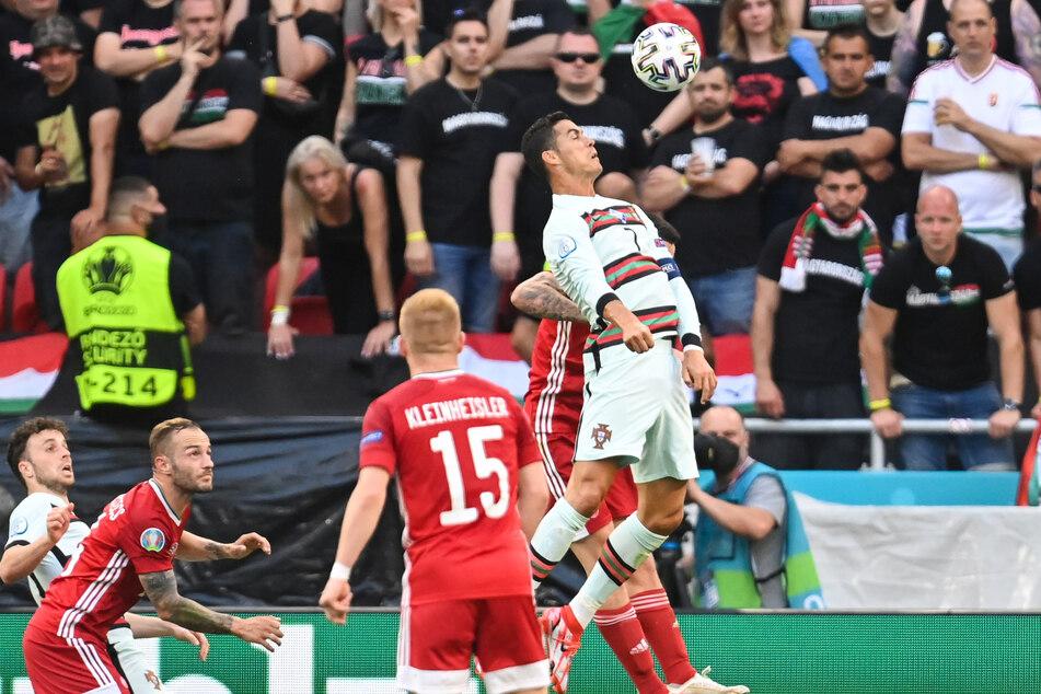 Steht in der Luft, köpfte aber daneben: Portugals Superstar Cristiano Ronaldo (r.), mit Einsätzen bei fünf Europameisterschaften jetzt Rekordhalter.