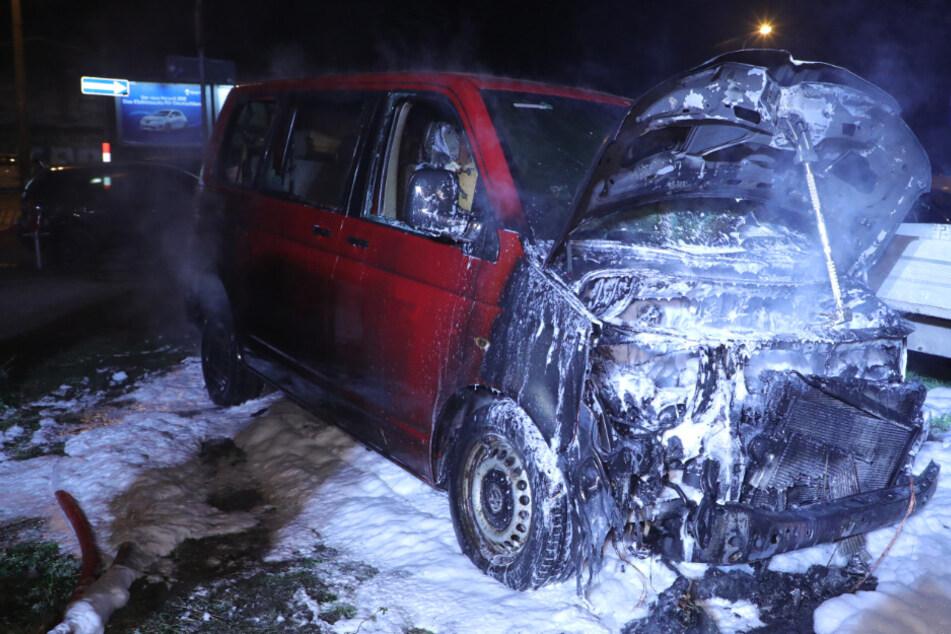 Feuerwehreinsatz in der Neustadt: VW-Bus in Flammen