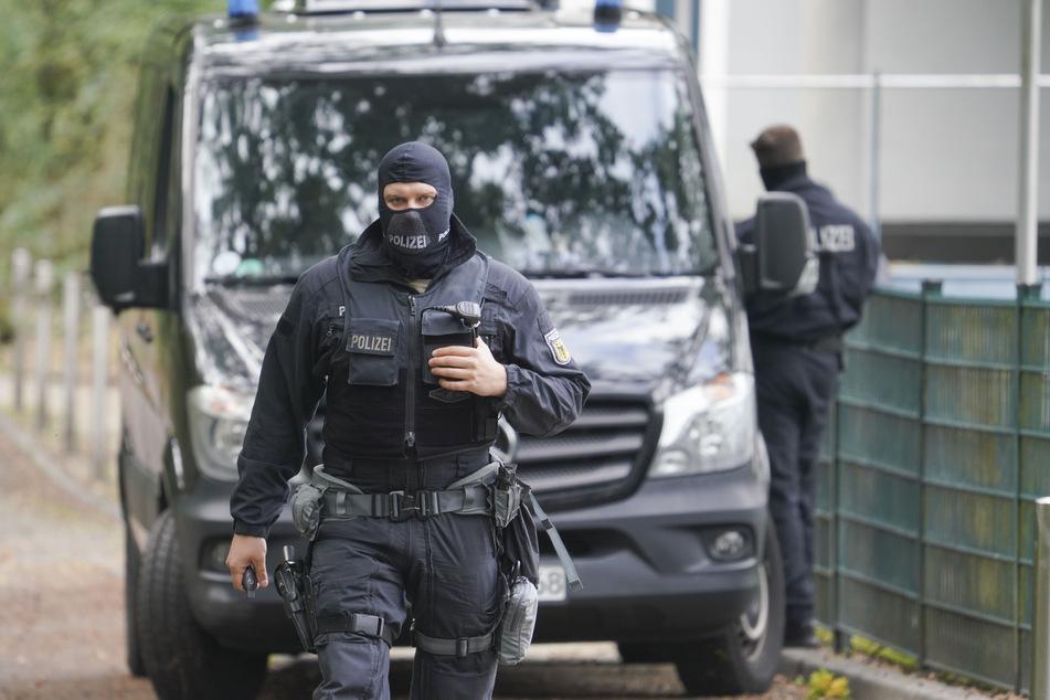 Polizisten in Sturmhauben stehen vor der Rückseite der Zentrale des Deutschen Fußball-Bundes (DFB).