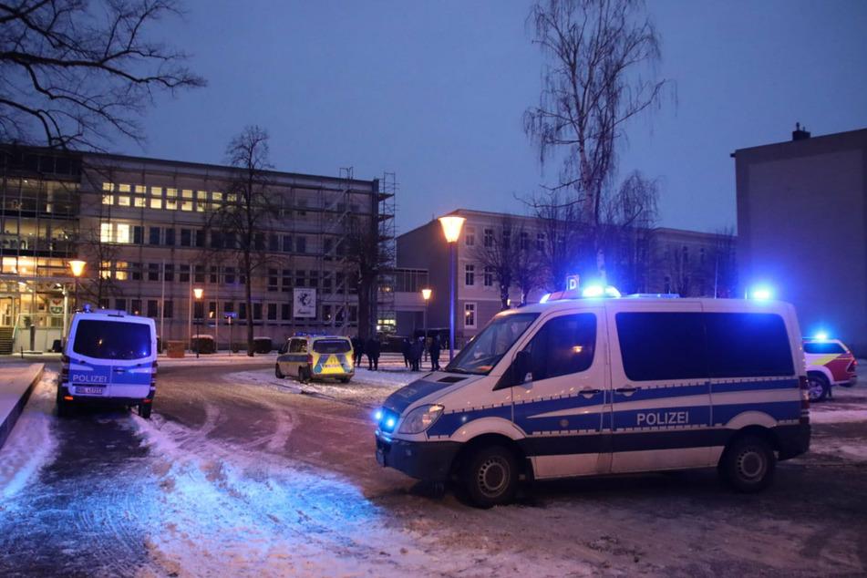 Einsatzfahrzeuge der Polizei stehen vor dem Landratsamt Oberhavel in Oranienburg.