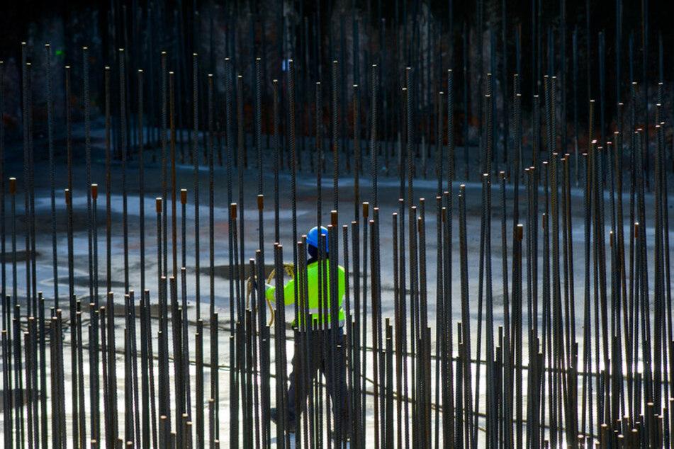 Ein Arbeiter geht über eine Großbaustelle. Kurz vor Ende der Wahlperiode hat die große Koalition ihre ehrgeizigen Pläne zur Digitalisierung des Bauens in Deutschland bislang nicht abgeschlossen. (Symbolbild)