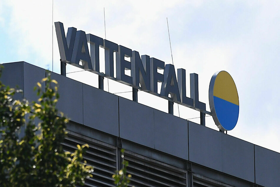 Das Vattenfall Logo auf dem Heizkraftwerk in Berlin-Mitte. Der schwedische Energie-Riese profitiert am meisten von der Entschädigungszahlung der Bundesregierung.