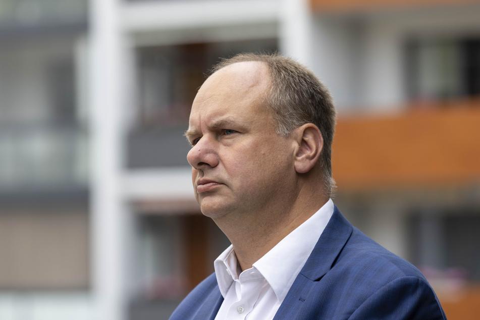 OB Dirk Hilbert (49, FDP) soll gerichtlich gezwungen werden, den Stadtrat erneut entscheiden zu lassen.