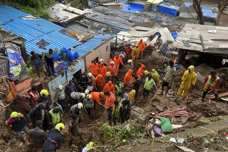 Rettungskräfte suchen nach dem Einsturz mehrerer Häuser in Mumbai nach Überlebenden.