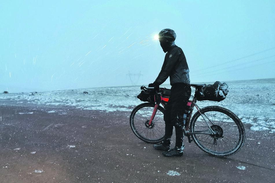 Morgens waren noch 30 Grad im Schatten, abends gab's Schnee auf dem Kyrk-Kyz-Pass (3200 Meter).