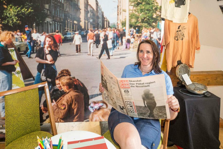 Anett Lentwojt (45) gestaltet die neue Ausstellung im BRN-Museum. Dazu gehört auch eine Neustadt-Zeitung von 1991, in der sie gerade liest.
