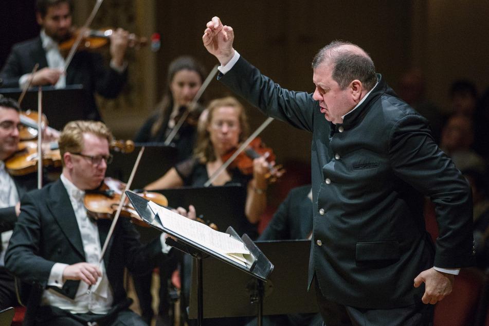 Das Dresdner Festspielorchester mit seinem Chefdirigenten Ivor Bolton (62).