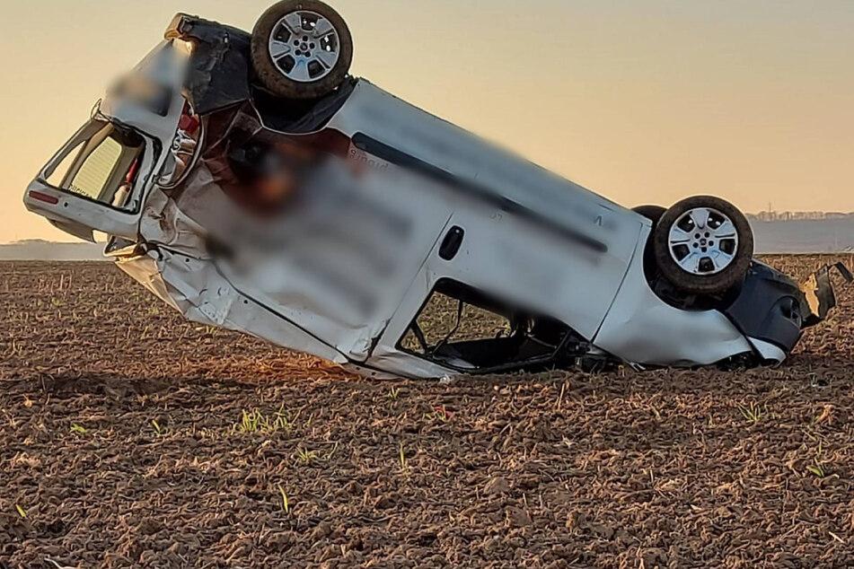Frau überschlägt sich mit Lieferwagen und verletzt sich schwer am Kopf