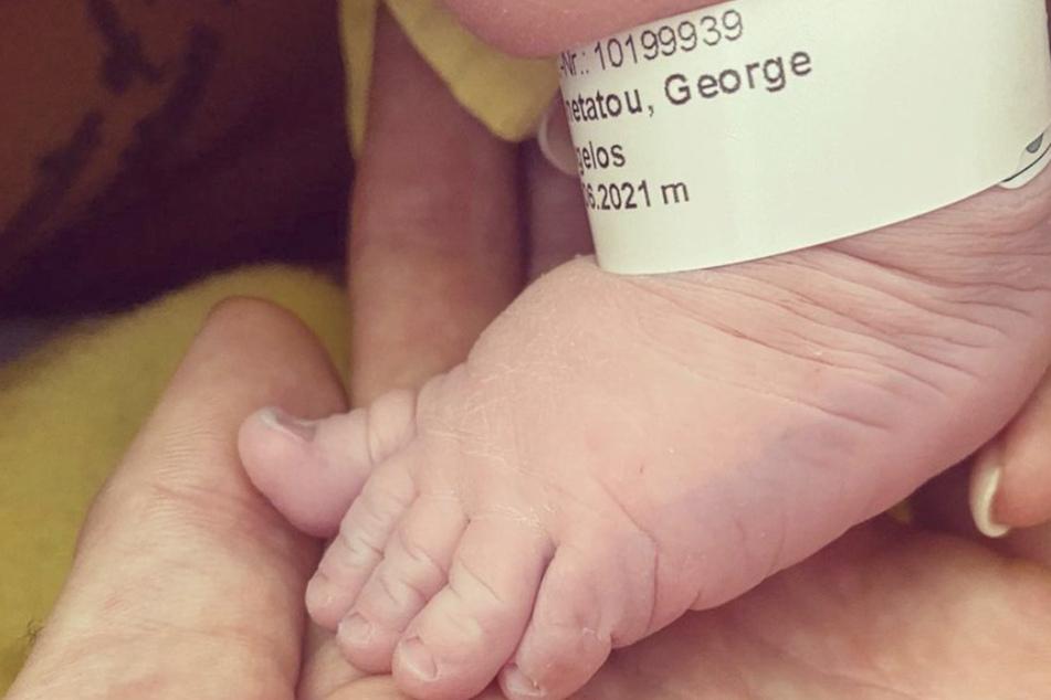 Liebevoll hält Eva Benetatou (29) ein Füßchen ihres Sohns in den Händen. Am 26. Juni erblickte George Angelos das Licht der Welt.