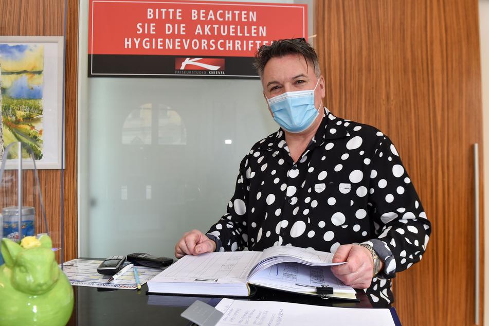 Das Reservierungsbuch ist voll - Holger Knievel (55) genießt das Vertrauen einer großen Stammkundschaft.