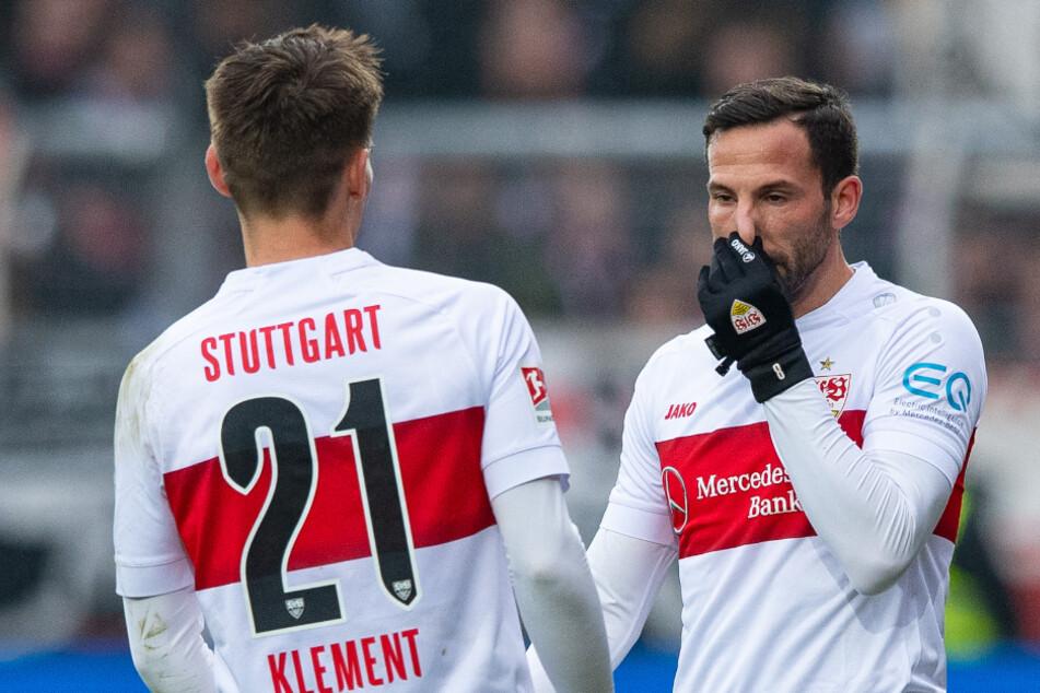 Stuttgarts Gonzalo Castro (rechts im Bild) und Philipp Klement stehen auf dem Platz.