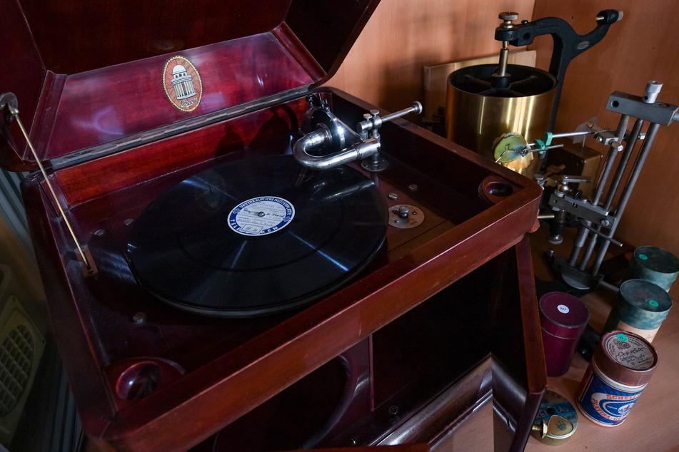 """Eine Schallplatte mit Wangerooger Friesisch liegt in der """"Phonetischen Sammlung"""" der Martin-Luther-Universität Halle auf einem Lindström-Grammophon von 1931."""