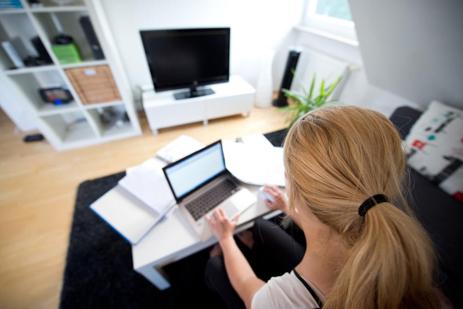 Immer mehr Firmen lassen ihre Mitarbeiter vorsorglich im Homeoffice arbeiten (Symbolbild).