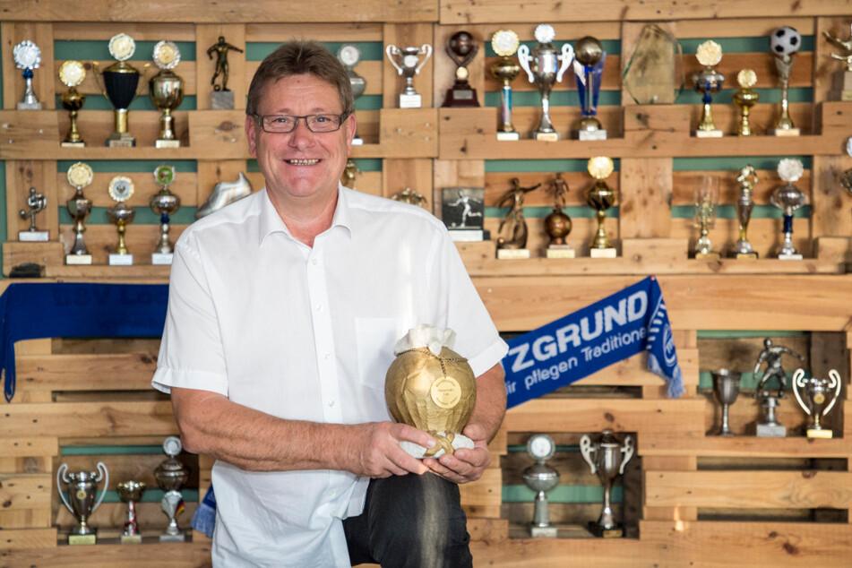 Vereins-Präsident Dieter Hofmann (59) ist stolz auf die Pokale des fast hundertjährigen Vereins.