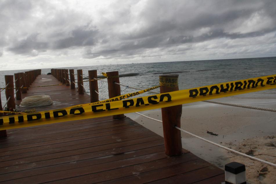 """Mexiko, Playa Del Carmen: Ein Dock ist abgesperrt, bevor der Hurrikan """"Delta"""" eintrifft."""