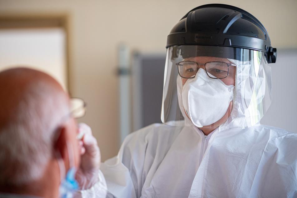 Gütersloh: Hendrik Oen, Arzt der Kassenärztlichen Vereinigung Westfalen-Lippe führt bei einem Mann einen gratis Coronavirus-Test am Carl-Miele-Berufskolleg durch.