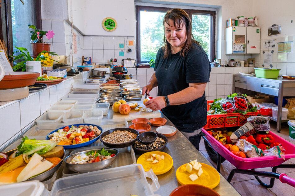 Tierpflegerin Silke Bauer (43) bereitet in der Futterküche das Menü für Zwergäffchen, Aras & Co. vor.