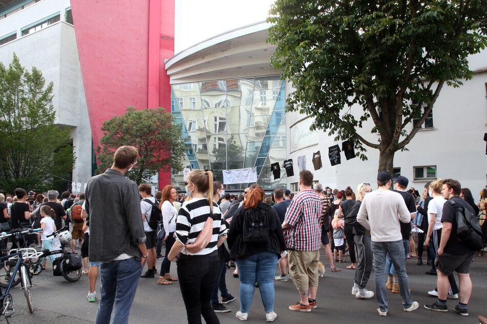 Berlin: Menschen nehmen an einer Demonstration gegen die Schließung des Kinos Colosseum an der Schönhauser Allee teil.