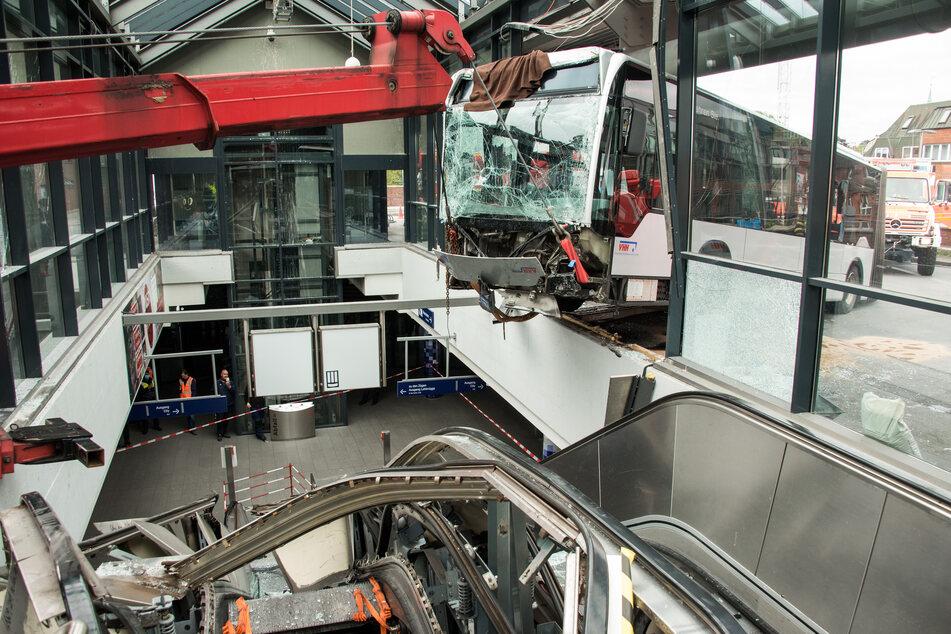 Mit einem Kran wird der Gelenkbus aus dem Bahnhofsgebäude geborgen.