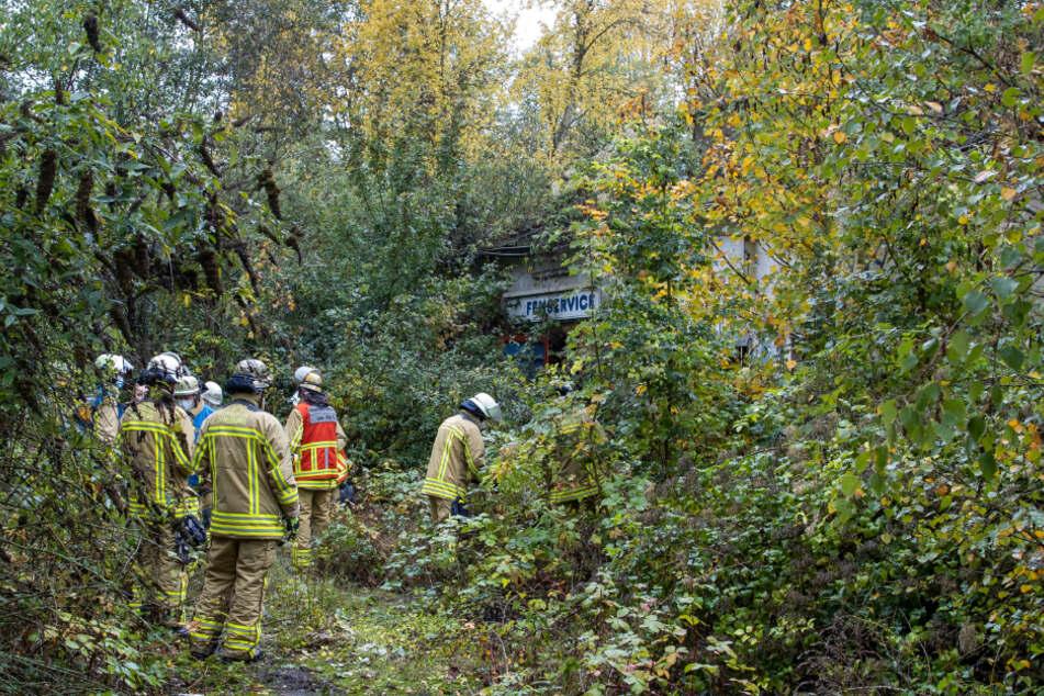 Feuerwehrleute in der Nähe des Fundorts vom 14 Jahre alten Mädchen.