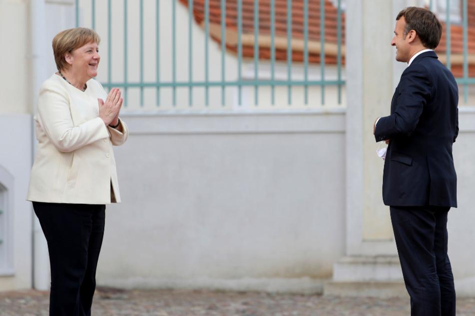 Bundeskanzlerin Angela Merkel (CDU) begrüßt Emmanuel Macron, Präsident von Frankreich, am Schloss Meseberg, dem Gästehaus der Bundesregierung.