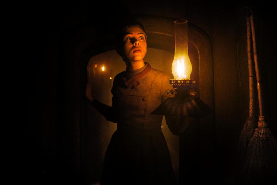 Gretel (Sophia Lillis) schaut sich in dem finsteren Haus um und entdeckt einige schreckliche Sachen.