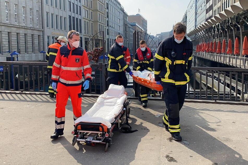 Einsatzkräfte bergen den Leichnam aus der Rathausschleuse.