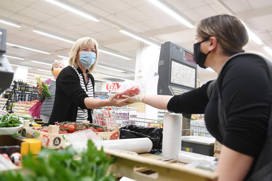 Auch wenn der Mund-Nasen-Schutz beim Einkaufen nervt, halten ihn zwei Drittel der Bundesbürger für sinnvoll und nützlich.
