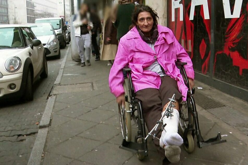 Alicia (40) saß wegen eines Schienbeinbruchs monatelang im Rollstuhl.