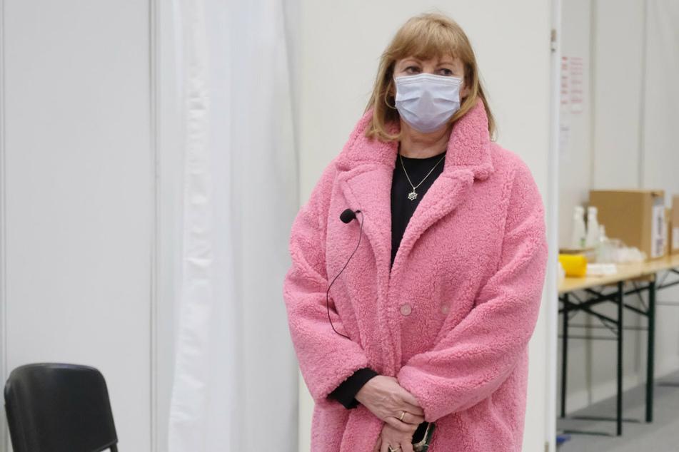 Petra Köpping (62) bei einem Besuch eines neuen Impfzentrums in Halle am 12. März. Die aktuelle Corona-Lage sorgt die Gesundheitsministerin sehr.
