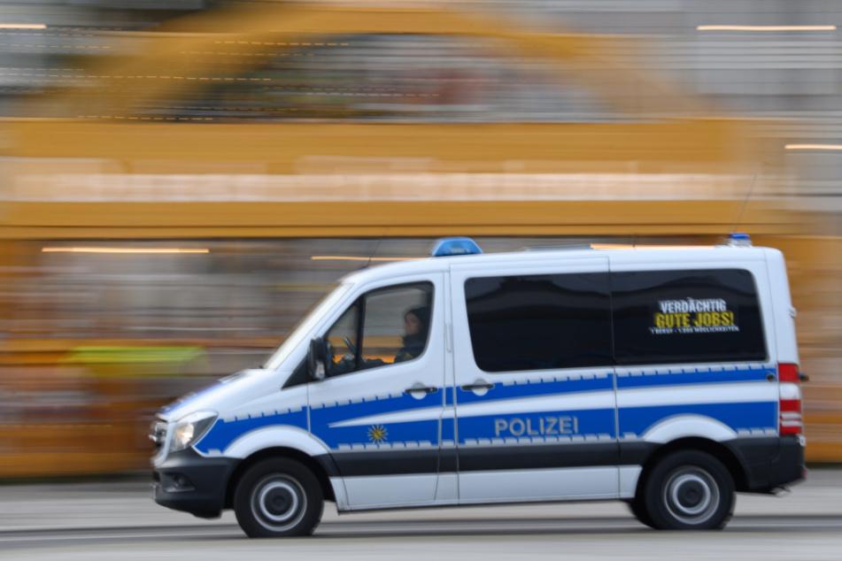 Am Schwibbogen auf dem Dresdner Altmarkt fährt ein Polizeiauto vorbei.