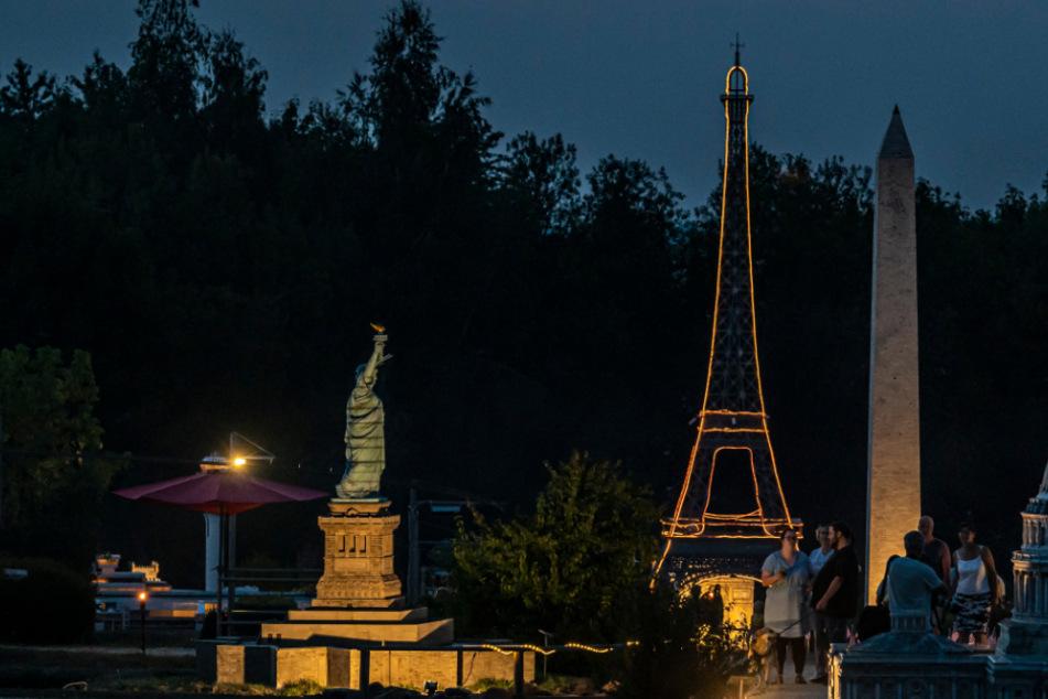 Licht aus, Spot an! 500 Gäste genießen Leucht-Eiffelturm