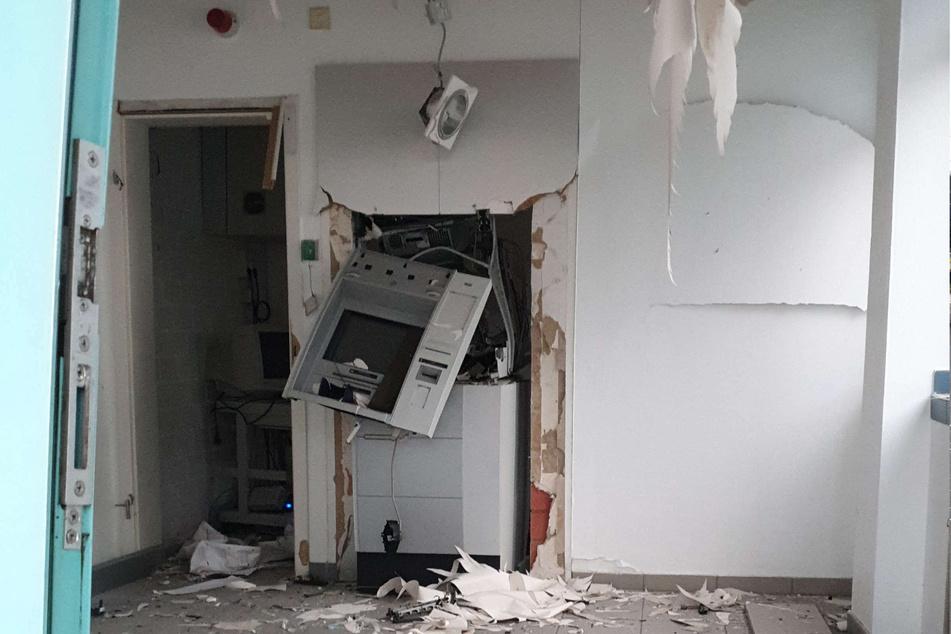 Wie viel Geld die Täter bei der Sprengung in der Nacht zu Mittwoch in Leichlingen erbeuten konnten, ist derzeit unklar.