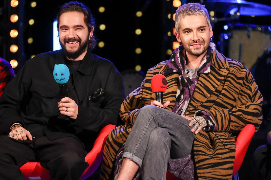 """Tom (31, l.) und Bill Kaulitz (31, r.) von der Band Tokio Hotel sitzen während der Radioshow """"Friends of 2020"""" des Senders MDR Sputnik auf einer Bühne."""