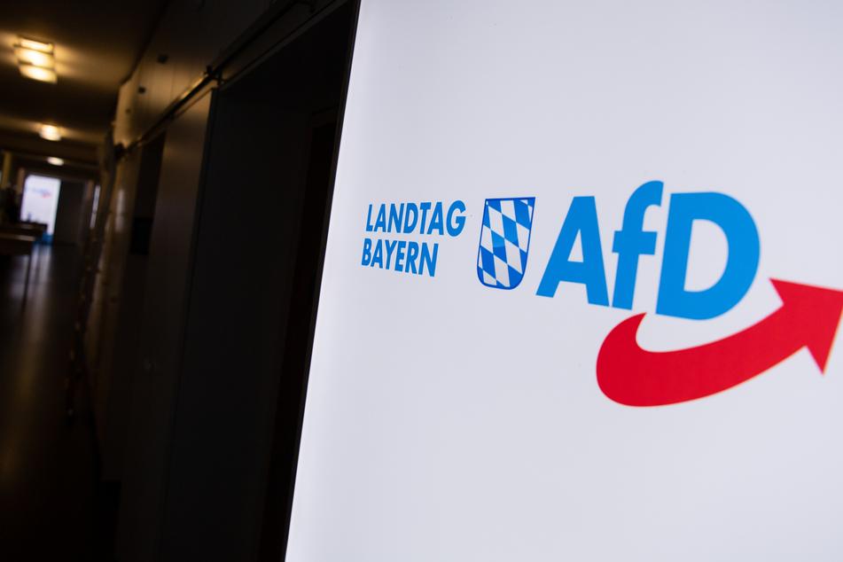 Das Logo der AfD hängt in einem Flur des bayerischen Landtags. Seit dem 15.06.2020 gilt wegen der Corona-Krise im bayerischen Landtag für alle Besucher und Mitarbeiter in geschlossenen Räumen die Maskenpflicht.