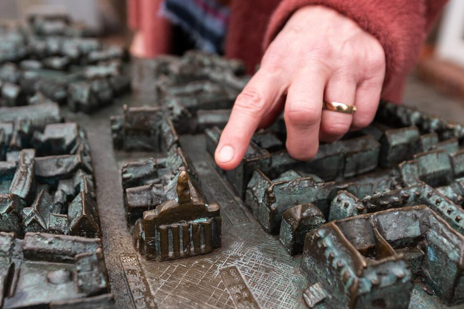 Heike Düselder, Museumsdirektorin, zeigt auf einem Modell auf das Rathaus der Stadt Lüneburg.