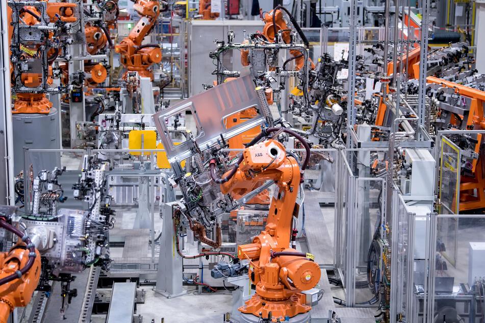 Roboter arbeiten in einer Produktionshalle.