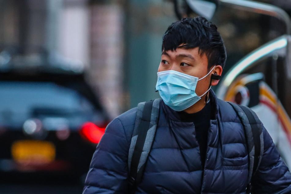 Auch auf den Straßen von New York sind inzwischen Menschen mit Mundschutz zu sehen.