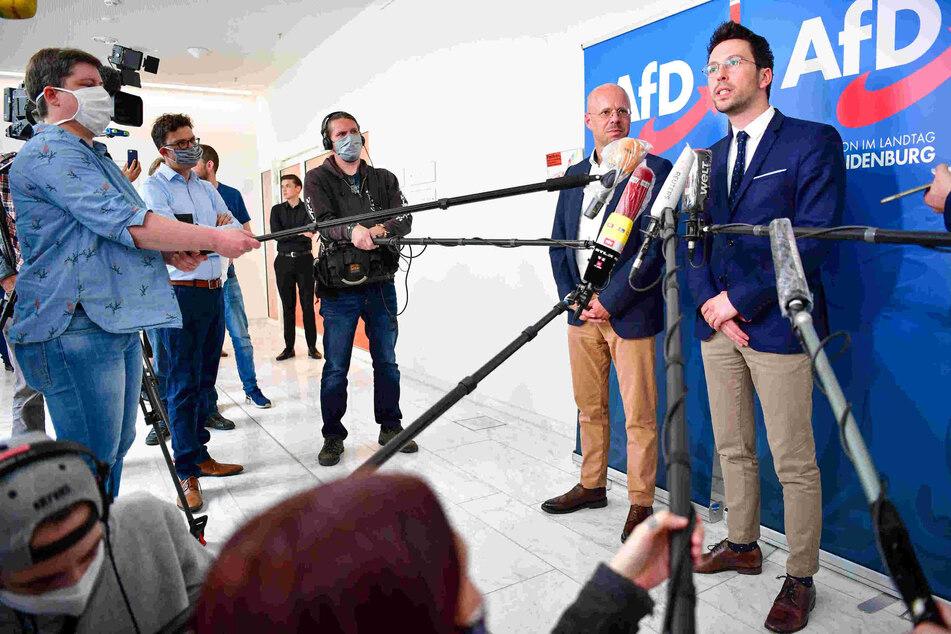 Andreas Kalbitz (l) und Dennis Hohloch bei einer Pressekonferenz in Brandenburg.