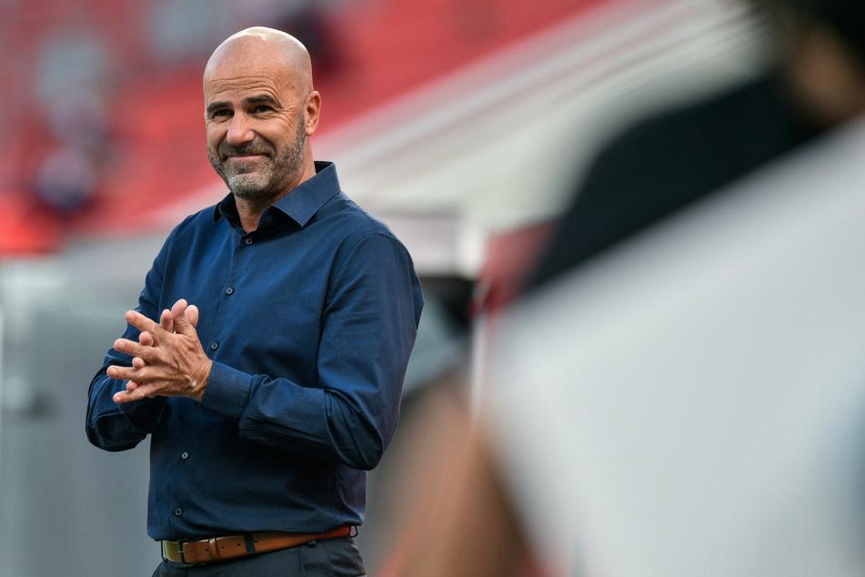 Könnte sich Kolasinac wohl sehr gut bei sich im Team vorstellen: Bayer-Coach Peter Bosz (56).