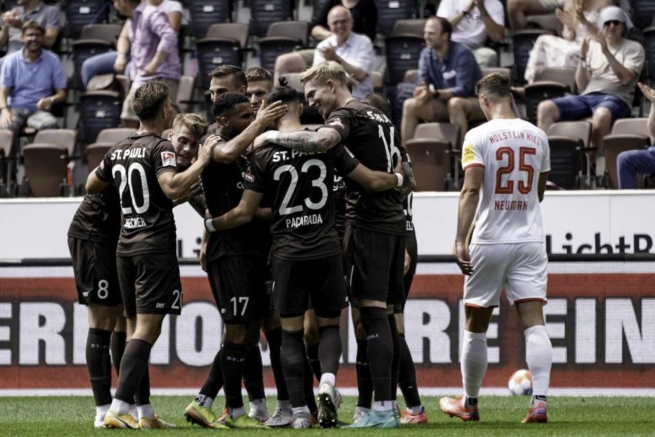 Nach dem Tor von Leart Paqarada (26, Mitte) jubelt der FC St. Pauli über die Führung.