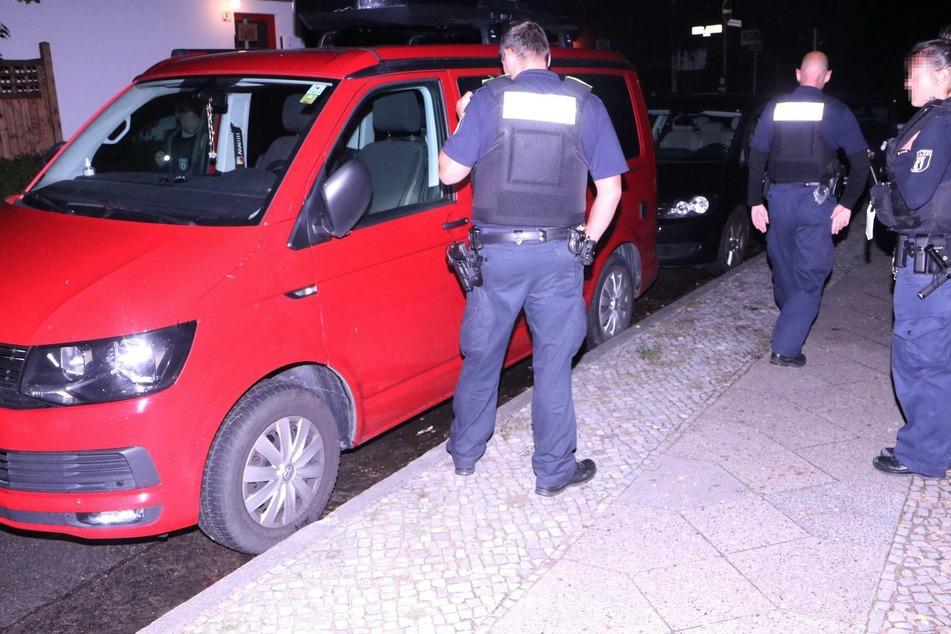 Die Polizei konnte keine Einbruchsspuren am roten VW-Bus feststellen.