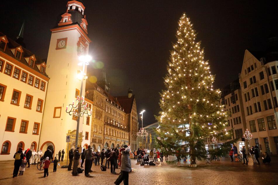 Etwa 70 Personen versammelten sich auf dem Chemnitzer Markt zum Adventssingen.
