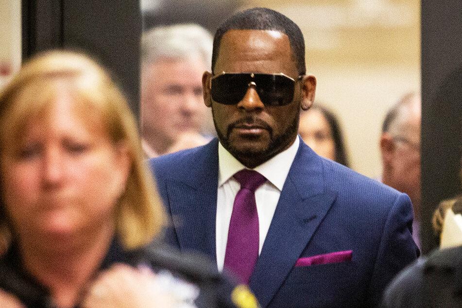 R. Kelly (54) erscheint in feinem Zwirn zu einem Gerichtsprozess. Leisten kann er sich den vermutlich nur auf Miete oder Raten.