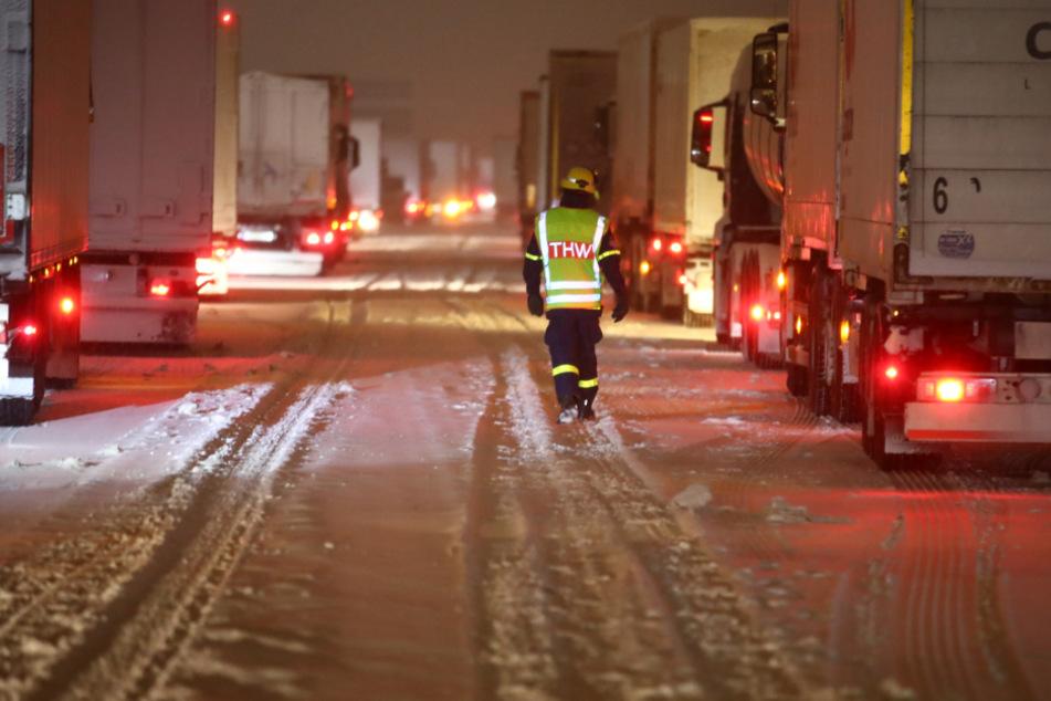 Chaos auf A4 in Thüringen: Laster versinken im Schnee!