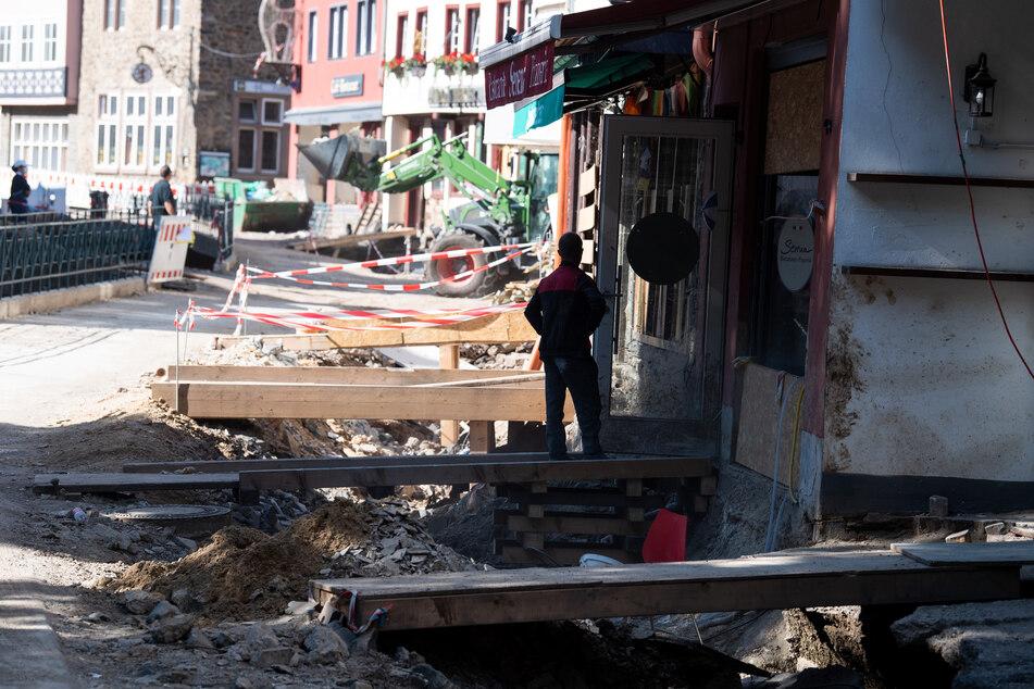 Trecker arbeiten im vom Hochwasser stark betroffenen Bad Münstereifel in NRW an der Beseitigung der Schäden.