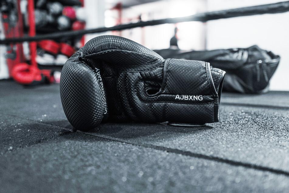 Boxhandschuhe liegen in einem Boxring. (Symbolbild)