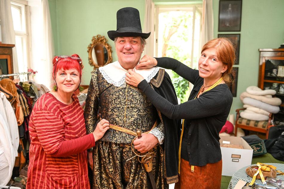 Gewandmeisterin Ella Späte (l.) fertigte 2019 mit Simone Hermsen (r) das Kurfürsten-Kostüm, das nun in der Dauerausstellung zu sehen sein wird.