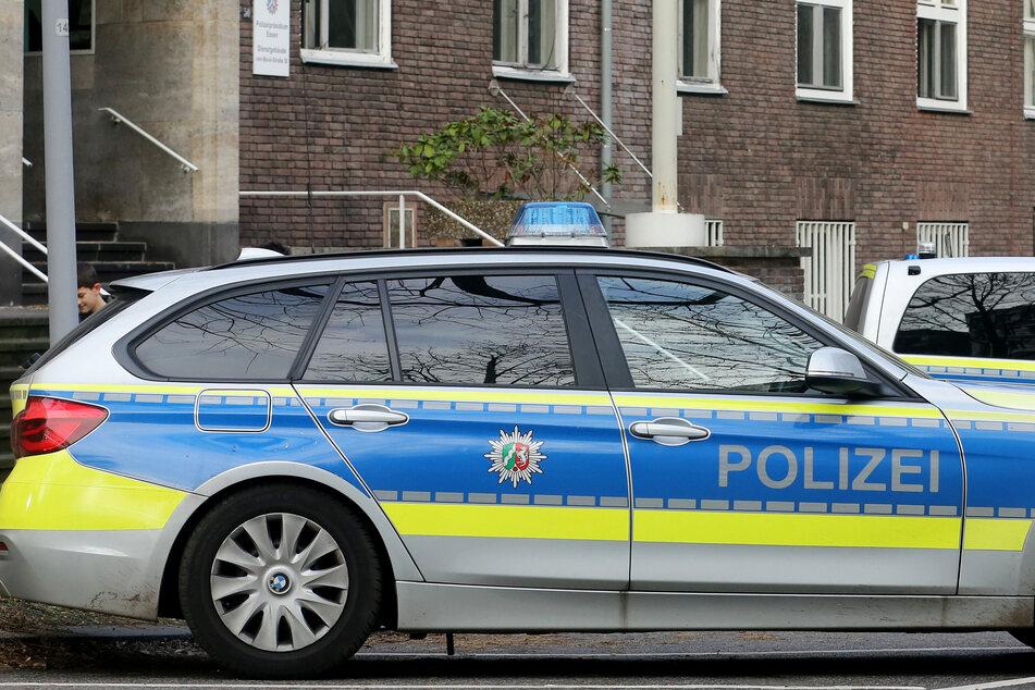 Polizisten wurden auf einen Parkplatz in Bielefeld gerufen, weil Zeugen eine Frau im Kofferraum eines Mannes gesehen haben wollen. (Symbolfoto)